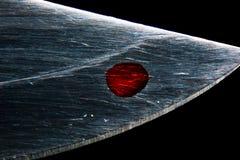 Kropla krew na ostrzu nóż makro- obraz stock