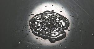 Kropla spada w wodę woda, zdjęcie wideo
