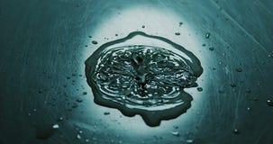 Kropla spada w wodę woda zbiory