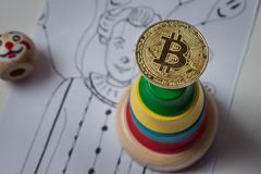 Kropla w bitcoin tempie Bitcoin na tło błazenu pyrami Obraz Royalty Free