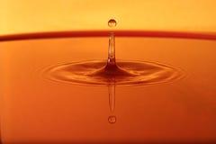 Kropla woda z pomarańczowym tłem Zdjęcie Stock