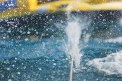 Krople chełbotanie woda zdjęcia royalty free