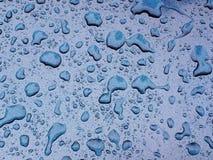 Krople deszcz na błękitnej metal powierzchni obraz royalty free