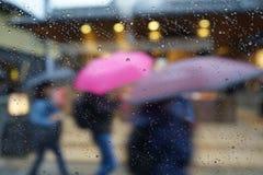 Krople deszcz na błękitnym szklanym tle Uliczny Bokeh Zaświeca Out zdjęcie stock