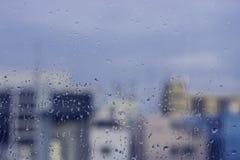 Krople deszcz Na budynku tle w porze deszczowa Obrazy Royalty Free