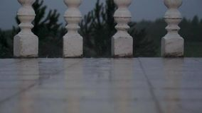 Krople Heavy Rain spadek Na Białych płytkach balkon zbiory