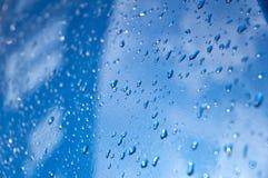 Krople na błękitnym samochodzie Zdjęcie Stock
