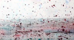 Krople spadają w wodę Obrazy Royalty Free