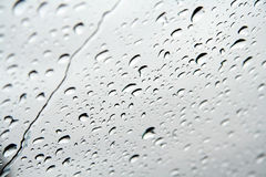 krople tafli wody przez okno obraz stock