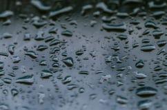 Krople woda na nadokiennym szkle z ciekawym wzorem Obrazy Stock