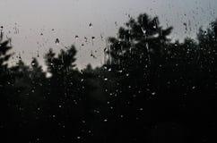 Krople woda na nadokiennym szkle z ciekawym wzorem Zdjęcie Stock