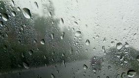 KROPLE woda NA okno samochód zdjęcia royalty free
