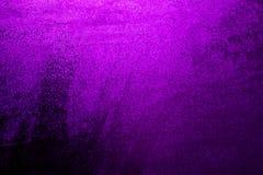 Krople woda p?yn? na tle ciemny purpurowy okno Ciemny purpurowy t?o dla inskrypcji obrazy stock