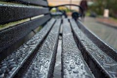Krople woda po deszczu na powierzchni zdjęcie stock