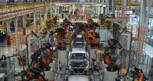 Kropp av bilen på bästa sikt för transportör Modern enhet av bilar på växten Den automatiserade byggandeprocessen av bilkroppen arkivfilmer