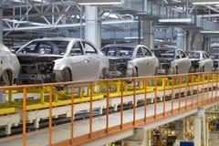 Kropp av bilen på den moderna enheten för transportör av bilar på växten automatiserad byggandeprocess av bilkroppen arkivbild