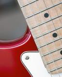 Kropp av den elektriska gitarren med snaror och uppsamlingar arkivfoton