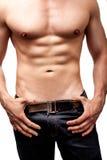 Kropp av den sexiga mannen med muskulös abs Arkivbild