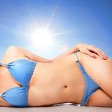 Kropp för ung kvinna på stranden med solen Royaltyfri Foto
