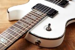Kropp och fretboard av den moderna elektriska gitarren royaltyfri fotografi
