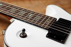 Kropp och fretboard av den moderna elektriska gitarren fotografering för bildbyråer