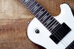 Kropp och fretboard av den moderna elektriska gitarren p? lantlig tr?bakgrund T royaltyfria foton