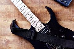 Kropp och fretboard av den moderna elektriska gitarren p? lantlig tr?bakgrund royaltyfria foton