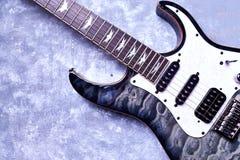 Kropp och fretboard av den moderna elektriska gitarren p? lantlig tr?bakgrund fotografering för bildbyråer
