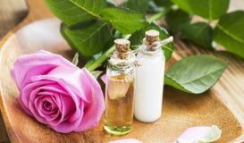 Kropp-omsorg olja och lotion med Rose Extract royaltyfria foton