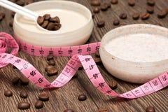 Kropp som mäter band- och anti--cellulite skönhetsmedelprodukter fotografering för bildbyråer