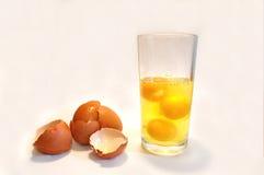 Kroppbyggnadsnäring, rå ägg i ett exponeringsglas Arkivfoto