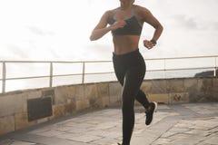 Kroppen av en sportig kvinna i grå strumpbyxor Fotografering för Bildbyråer
