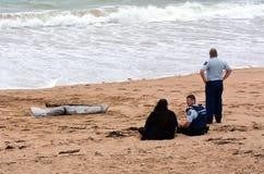 Kroppen för den saknade personen sköljas upp på stranden Royaltyfri Bild