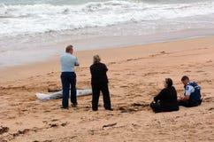 Kroppen för den saknade personen sköljas upp på stranden Royaltyfria Foton