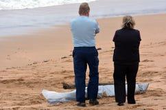 Kroppen för den saknade personen sköljas upp på stranden Royaltyfria Bilder