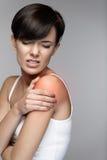 Kroppen smärtar Härlig kvinnakänsla smärtar i skuldror och armar royaltyfri bild