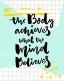 Kroppen uppnår vad meningen tror Motivational affisch för sport med borstebokstäver stock illustrationer