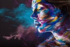 Kroppkonst Folk med guld- omfamna för smink Fotografering för Bildbyråer