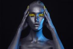 Kroppkonst Folk med guld- omfamna för smink flicka för silverhudskönhet Arkivbilder