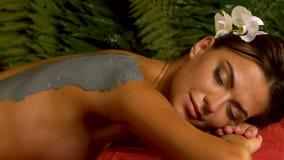 Kroppomsorgkvinna på brunnsortsalong Massage- och lerakroppmaskering lager videofilmer