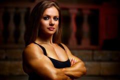 Kroppsbyggare för ung kvinna Arkivfoton