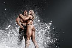 Kroppsbyggare muskulös man och kvinna arkivbilder