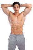 Kroppsbyggarebodybuilding som böjer muskelkroppbyggmästaren som bygger s Arkivbild