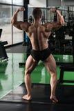 Kroppsbyggarekonditionmodell Posing Double Biceps efter övningar royaltyfria foton