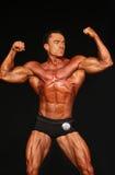 Kroppsbyggaren slår Front Double-Biceps Pose royaltyfria bilder