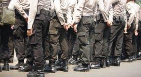 Kroppsdel - den indonesiska polisen från baksida Arkivbilder