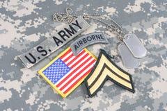 Kroppslig frodig lapp för USA-ARMÉ, luftburen flik, flaggalapp, med hundetiketter på kamouflagelikformign Royaltyfri Foto