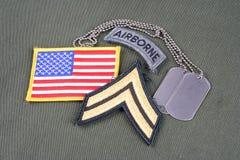 Kroppslig frodig lapp för USA-ARMÉ, luftburen flik, flaggalapp och hundetikett på likformign för olivgrön gräsplan royaltyfria foton
