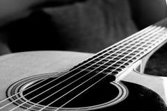 Kroppslut för akustisk gitarr upp arkivbilder