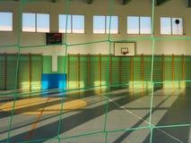 Krosno, Polonia - pueden 27, 2018: Pasillo multifuncional gimnástico en colores verdes con un campo del baloncesto y una rejilla  Fotos de archivo libres de regalías